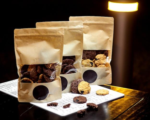 Biscotti in bianco e nero nel pacchetto
