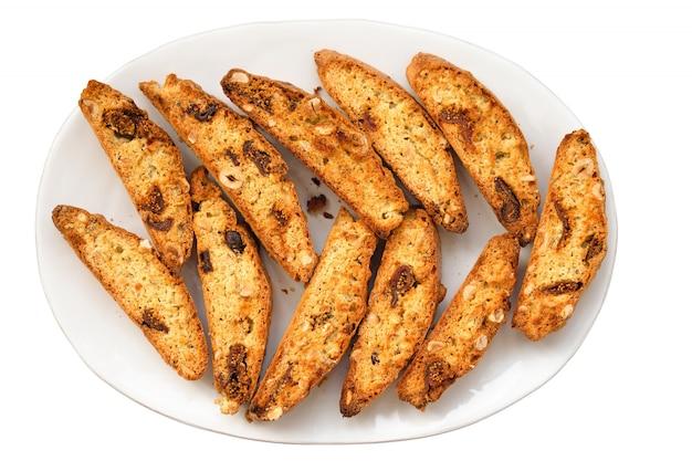 Biscotti italiani classici di biscotti sul piatto isolato su fondo bianco