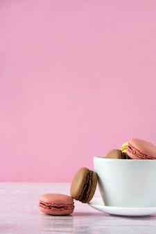 Biscotti macarons su uno sfondo rosa