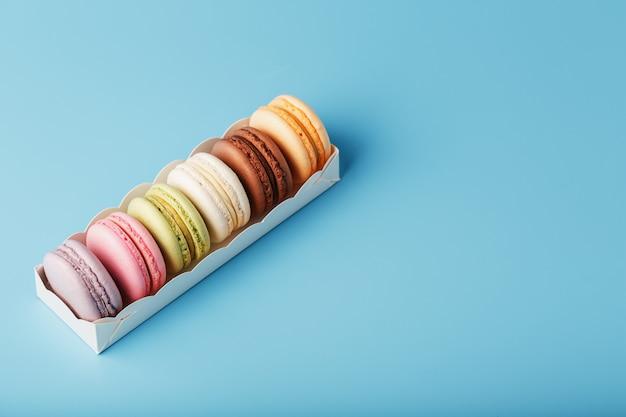 Biscotti maccheroni di maccheroni francesi multicolori in una scatola bianca