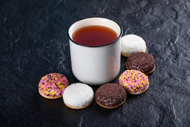 Biscotti marshmallow e una tazza di tè