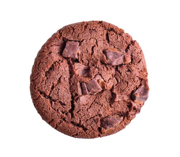 Biscotti molli del cioccolato fondente isolati su superficie bianca