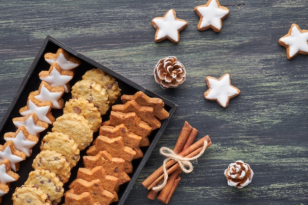 Biscotti natalizi al cioccolato, piatti con spezie