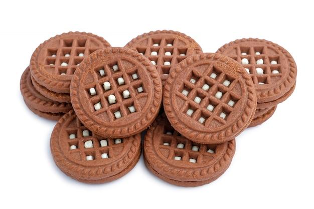 Biscotti riempiti crema lattea del cioccolato di brown isolati