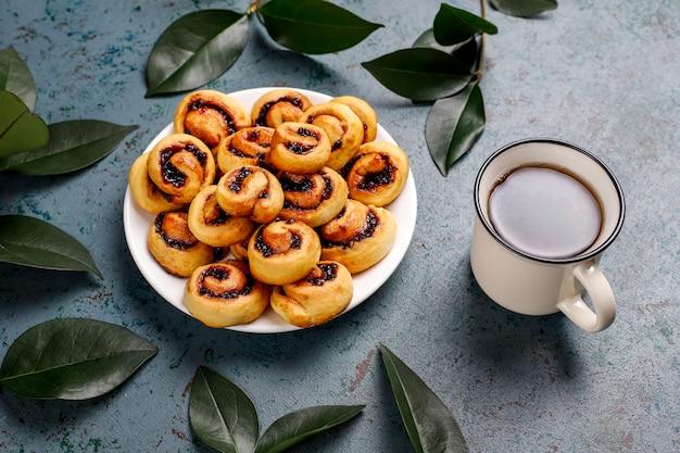 Biscotti ripieni di marmellata di bacche fatti in casa, vista dall'alto