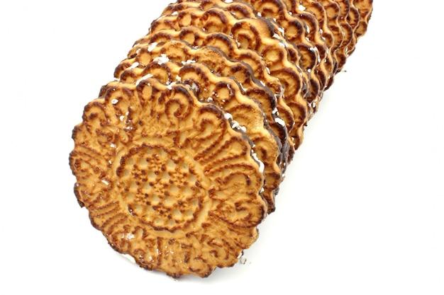 Biscotti rotondi del cioccolato con una noce di cocco che rade bugia