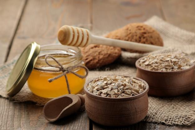 Biscotti secchi di farina d'avena, miele e farina d'avena