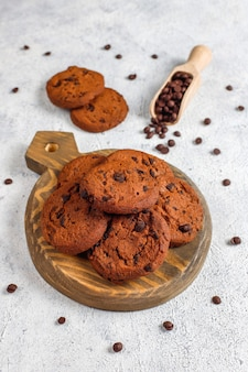 Biscotti senza glutine con gocce di cioccolato.