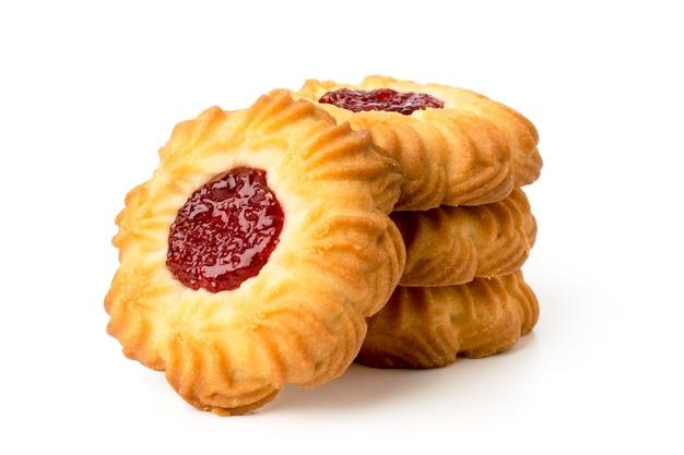 Biscotti sotto forma di un fiore con marmellata su bianco