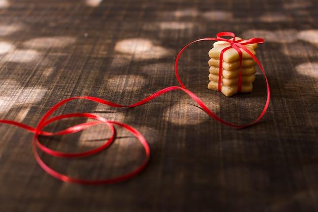 Biscotti stella sul tavolo di legno