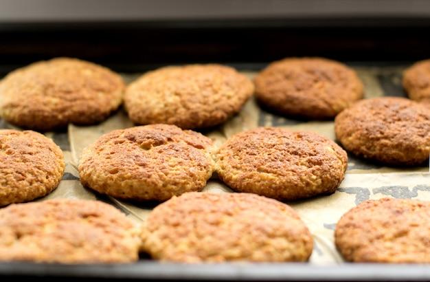 Biscotti su una teglia