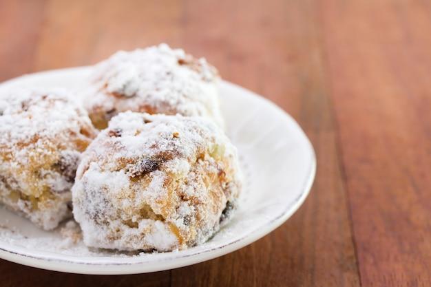 Biscotti sul piatto bianco su superficie marrone