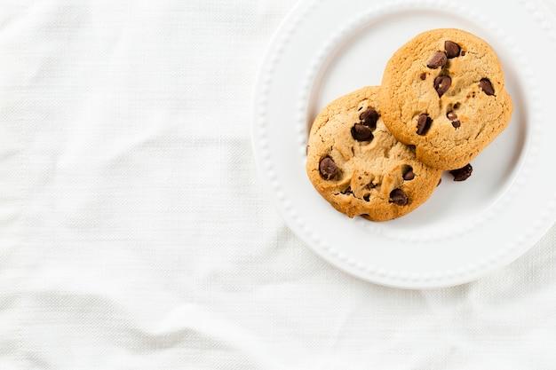 Biscotti sul piatto con fondo bianco