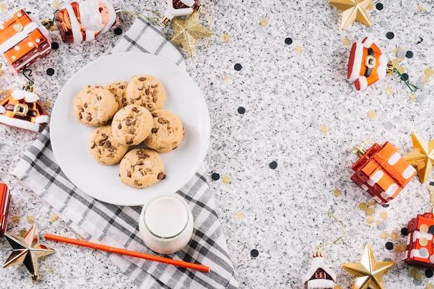Biscotti sul piatto con giocattoli di natale