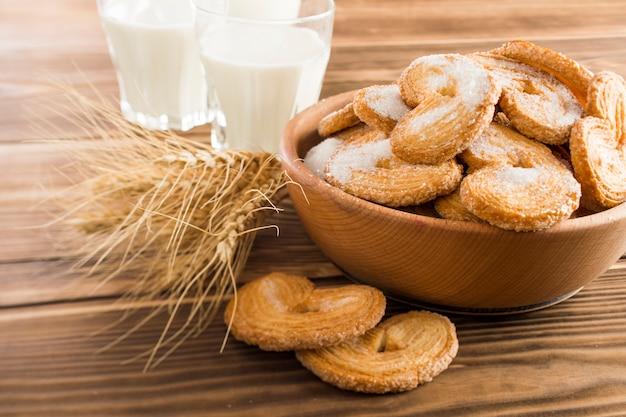 Biscotti sul piatto e latte sul tavolo