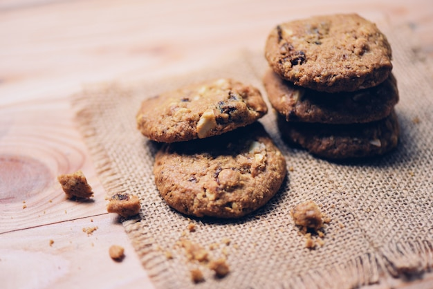 Biscotti sul sacco sul tavolo di legno