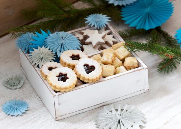 Biscotti sul tavolo di una decorazione festiva. stile rustico.