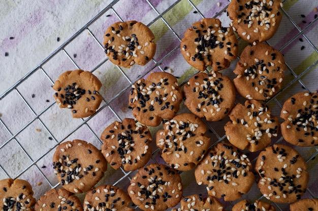 Biscotti sulla griglia di raffreddamento