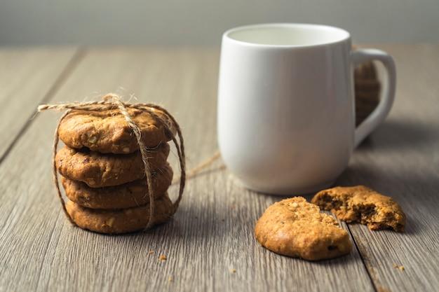 Biscotti sulla vecchia tavola di legno scura
