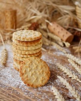 Biscotti timbrati con una stampa della farfalla su fondo di legno