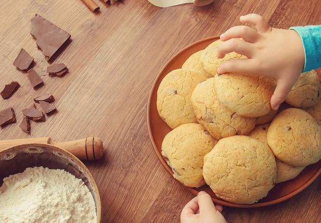 Biscotti, torte, cucinare le proprie mani. messa a fuoco selettiva
