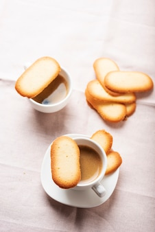Biscotti tradizionali italiani lingue di gatto