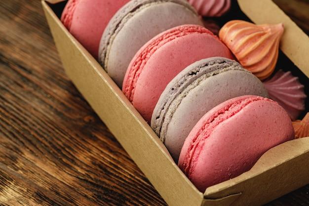 Biscotti variopinti del macaron in una scatola di cartone