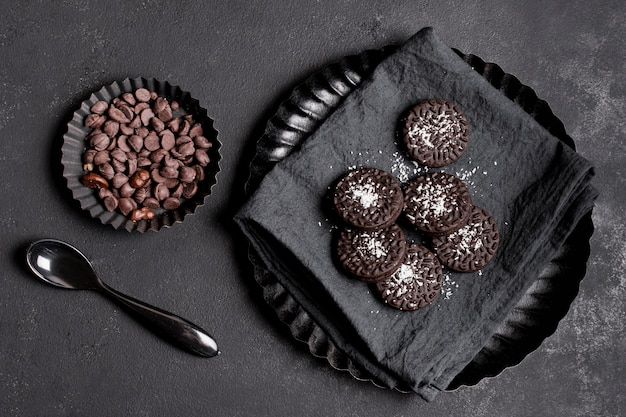 Biscotti vista dall'alto con gocce di cioccolato