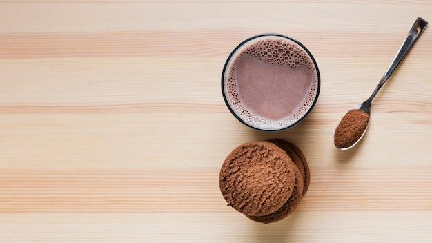 Biscotti vista dall'alto con latte al cioccolato e copia spazio