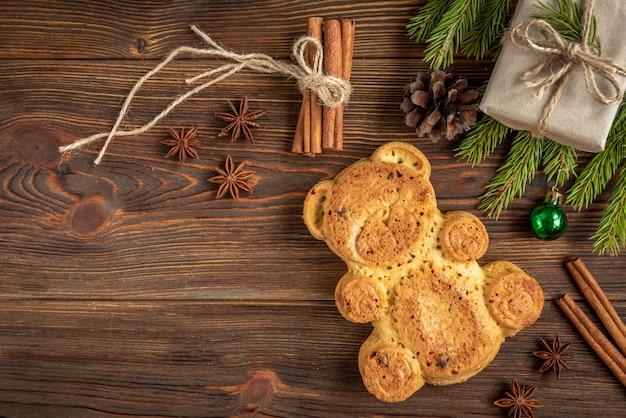 Biscotto a forma di orso su legno con palline di natale