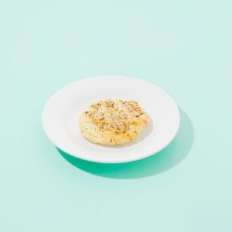 Biscotto al forno con sfondo colorato