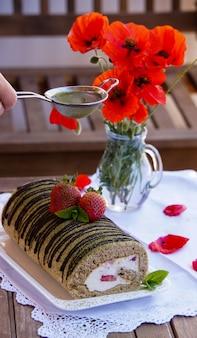 Biscotto al tè matcha arrotolato con crema al mascarpone con fragole e tè verde al matcha