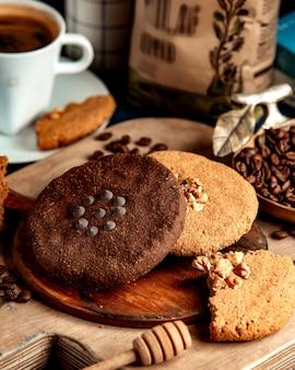 Biscotto bianco e nero con caffè