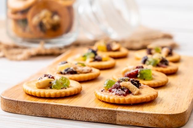 Biscotto cracker con frutta secca
