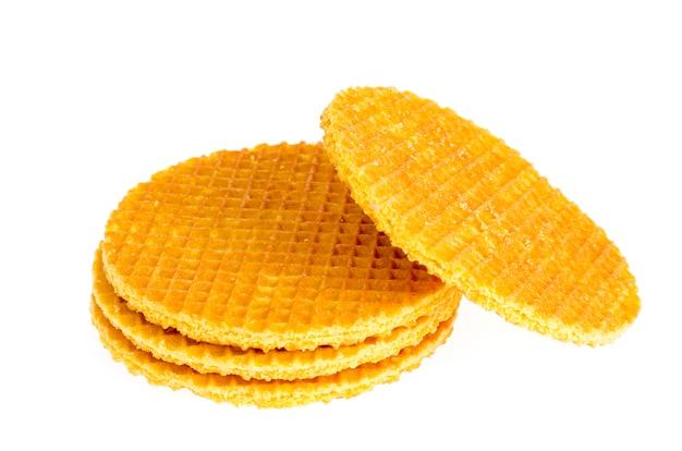 Biscotto croccante della cialda dolce su fondo bianco.