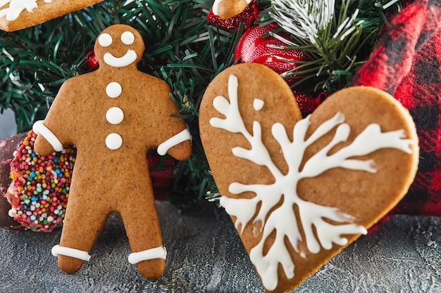 Biscotto di pan di zenzero a forma di cuore e un uomo con albero di natale