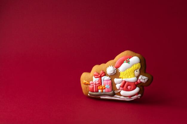 Biscotto di pan di zenzero del postino di santa su rosso