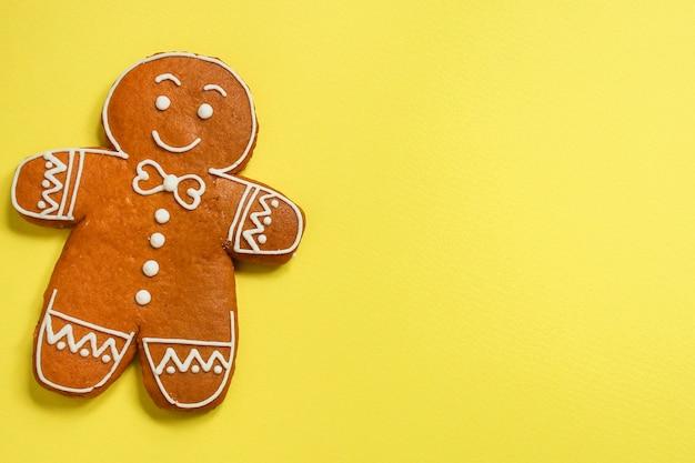 Biscotto di panpepato uomo su sfondo giallo