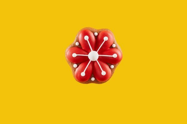 Biscotto fatto in casa di pasqua a forma di garofano rosso