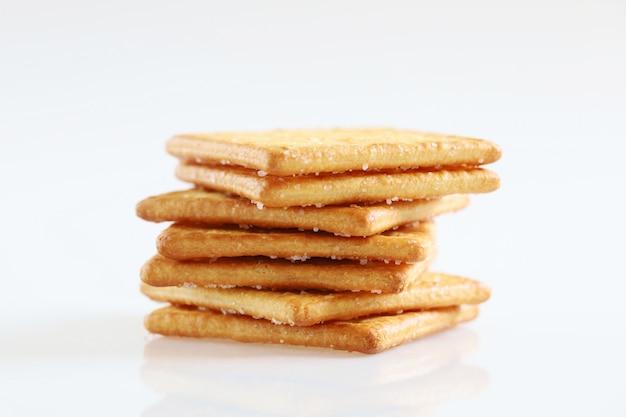 Biscotto isolato del dessert dello spuntino del cracker con zucchero su fondo bianco