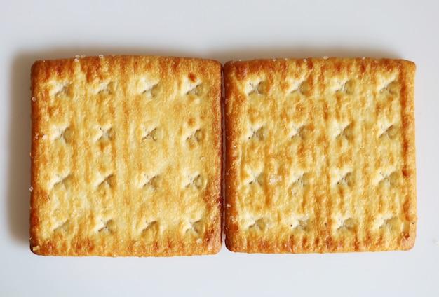 Biscotto isolato del dessert dello spuntino del cracker su fondo bianco