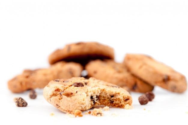 Biscotto mezzo mangiato davanti a una pila di biscotti