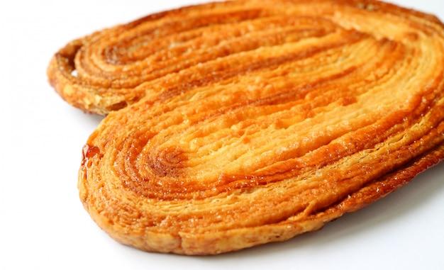 Biscotto palmier francese delizioso o isolato del biscotto dell'orecchio di elefante su fondo bianco