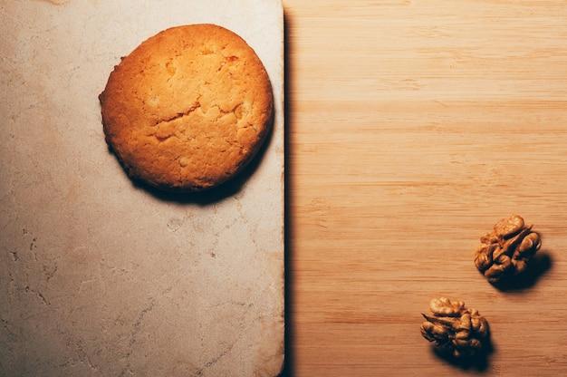 Biscotto su un tavolo di pietra con noci