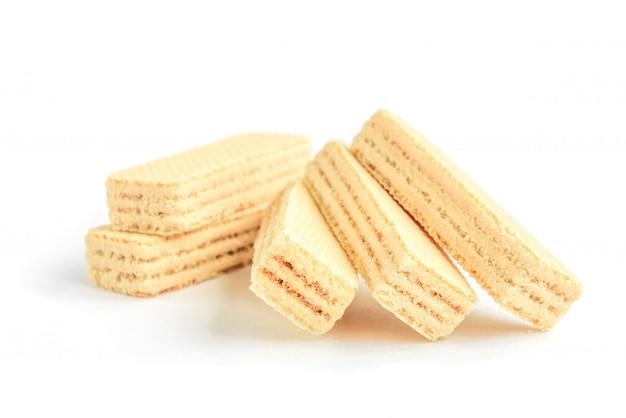Biscotto wafer alla vaniglia isolato su bianco