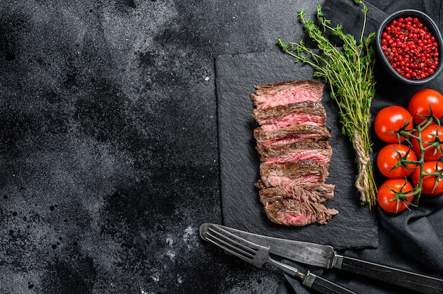 Bistecca affettata alla griglia con condimenti e spezie