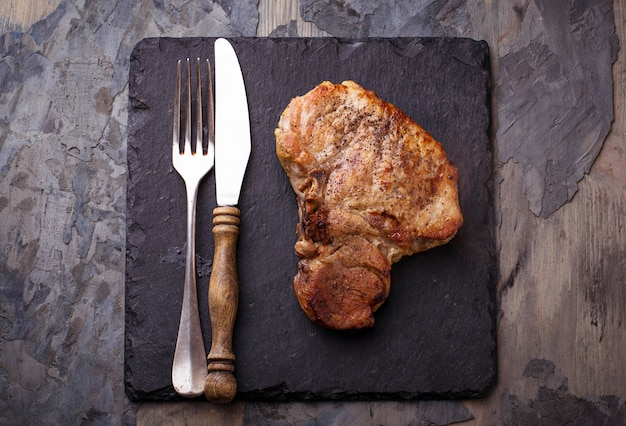 Bistecca alla griglia con l'osso. messa a fuoco selettiva