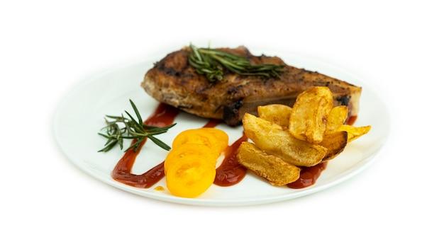 Bistecca alla griglia con patate al forno e pomodorini gialli freschi