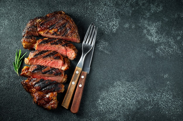 Bistecca alla griglia, grigliata con pepe e aglio.
