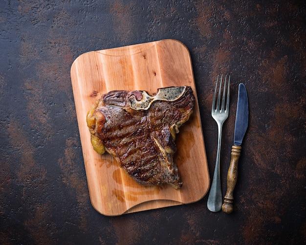 Bistecca con l'osso arrostita su fondo scuro
